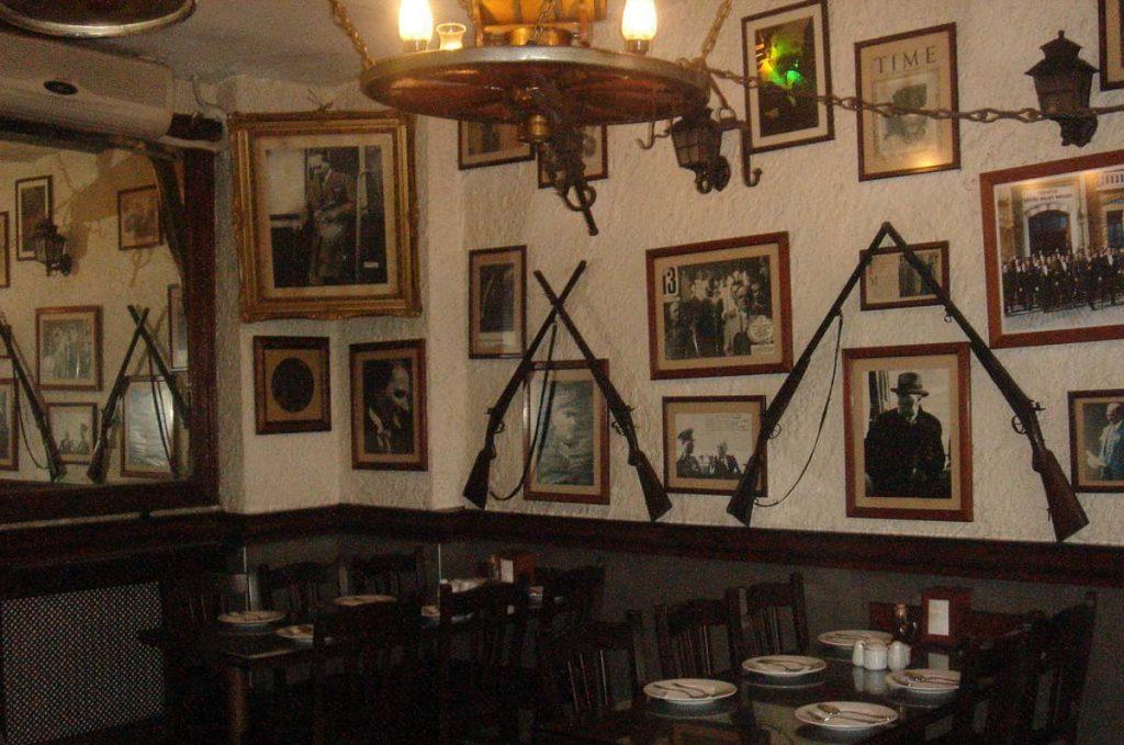 Tarihi Haliç İşkembecisi inside the restaurant. They serve one of the best soups in Istanbul.